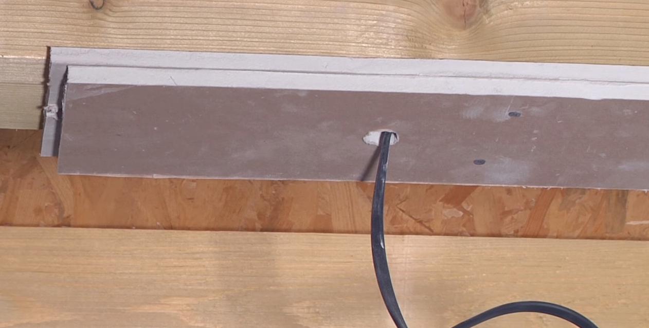 проводка по потолку в будерброде крупным планом